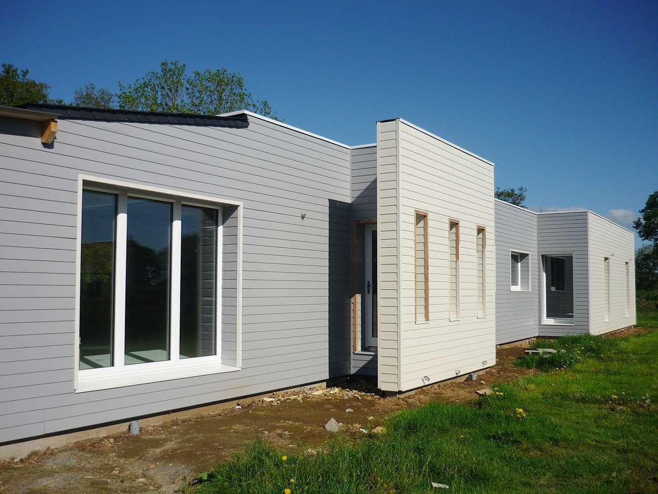 maison passive en bois avec un habillage gris et blanc. Black Bedroom Furniture Sets. Home Design Ideas