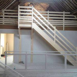 Pose d'une escalier en bois dans une maison