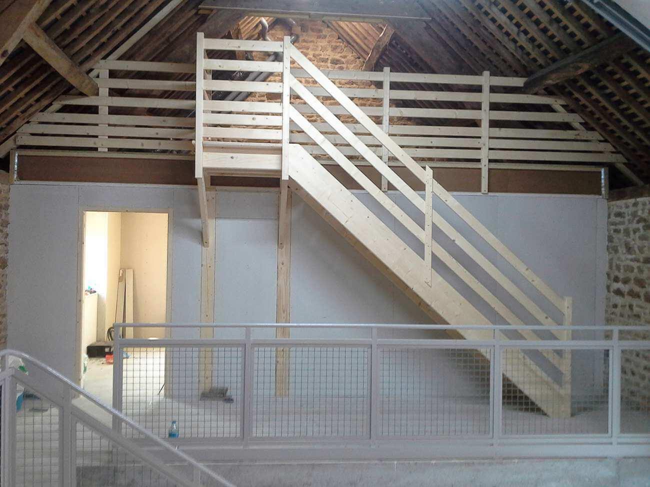 pose d 39 une escalier en bois dans une maison. Black Bedroom Furniture Sets. Home Design Ideas