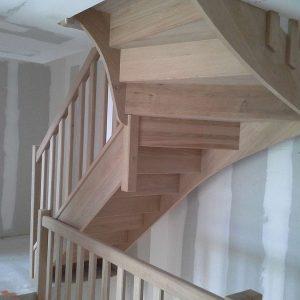 Vue d'un escalier fabriqué pour une maison passive en bois